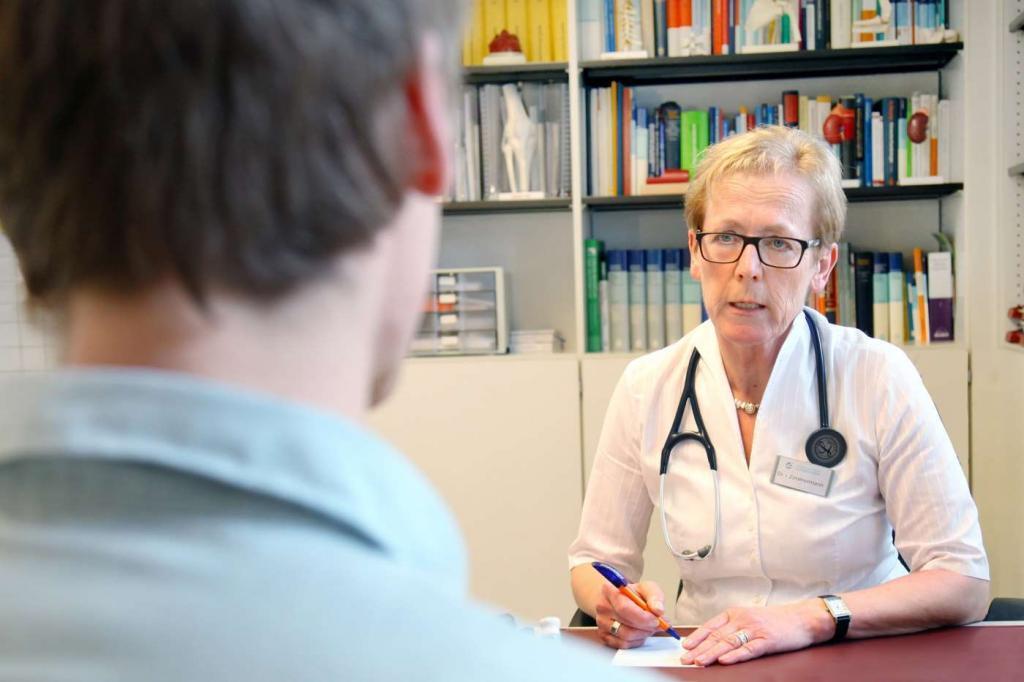 Photo Hausarzt Inge Zimmermann im Gespräch mit Patient