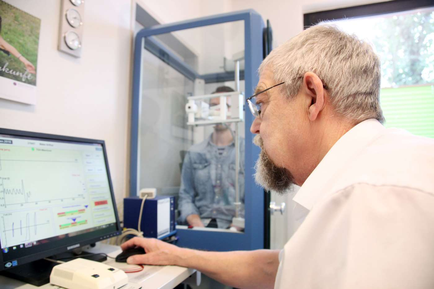 Der Pneumologe und Lungenfacharzt führt eine Bodyplethsymographie durch